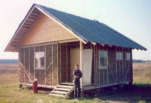 Одноэтажный дом из глины и соломы