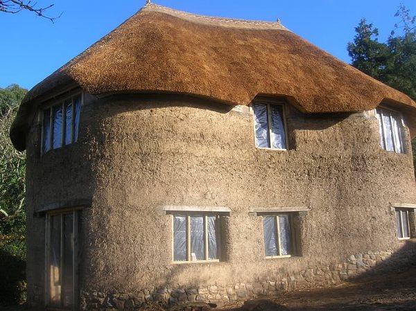 Двухэтажный дом из глины и соломы