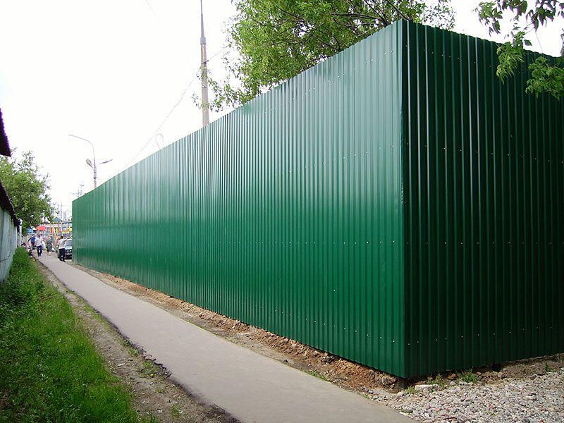 Забор из зеленого профнастила